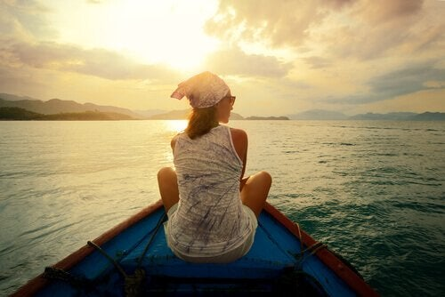 Donna seduta in barca