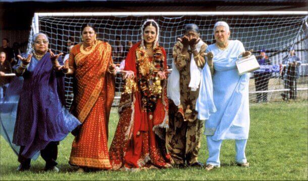 Donne di culture diverse in campo da calcio