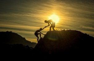Due persone contro luce, simbolo della piramide della radicalizzazione