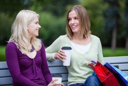 Due donne al parco parlare con gli sconosciuti