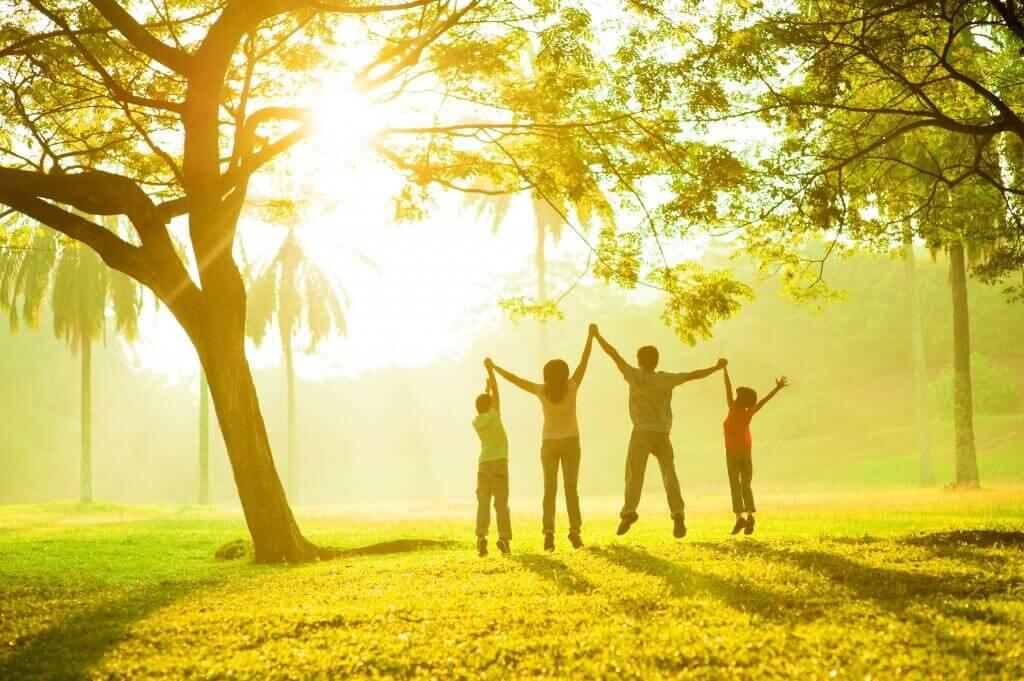 Famiglia felice sotto un albero