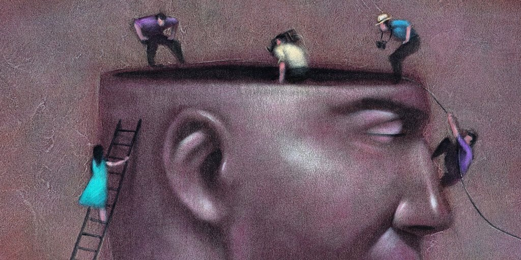 Figure che si arrampicano su una testa