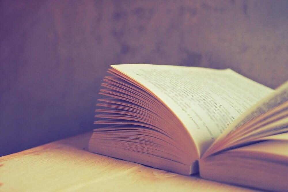 Libro aperto leggere ogni giorno