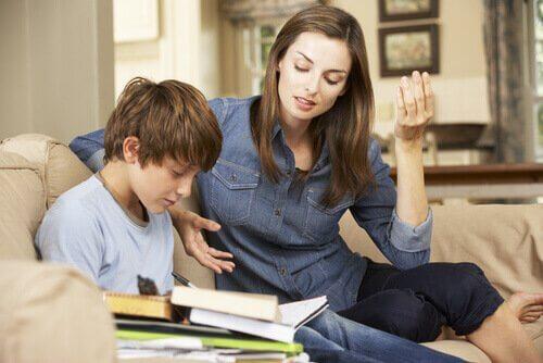 Mamma aiuta il figlio a studiare