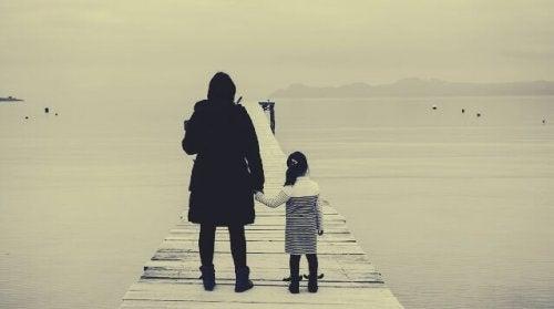 Mamma e figlia di fronte al mare