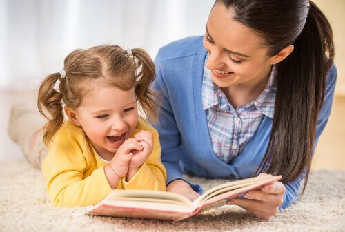 Mamma e bambina che leggono insieme