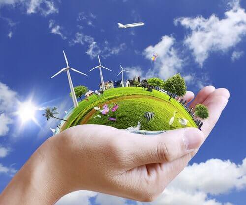 Mano che tiene un paesaggio sostenibile e rappresenta la psicologia ambientale