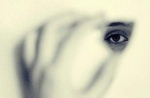 Occhio donna nascosto le paure