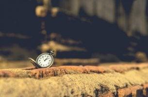 Orologio per terra a simboleggiare la nostalgia collettiva