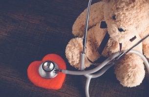 Orsacchiotto con cuore bambini in ospedale