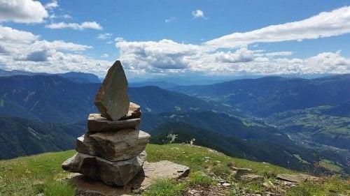 Pietre che formano una piramide su una montagna