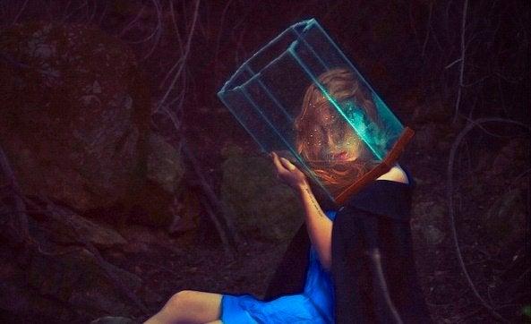 Ragazza con la testa in un vaso