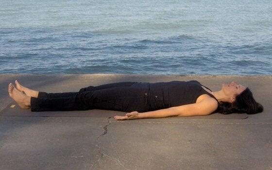 Ragazza distesa sulla spiaggia