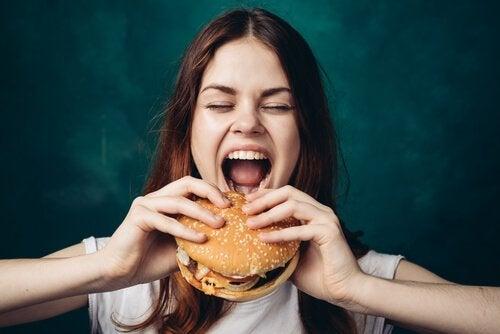 Ragazza che mangia un hamburger