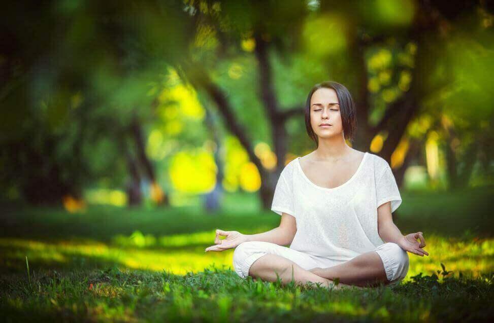 Ragazza medita al parco