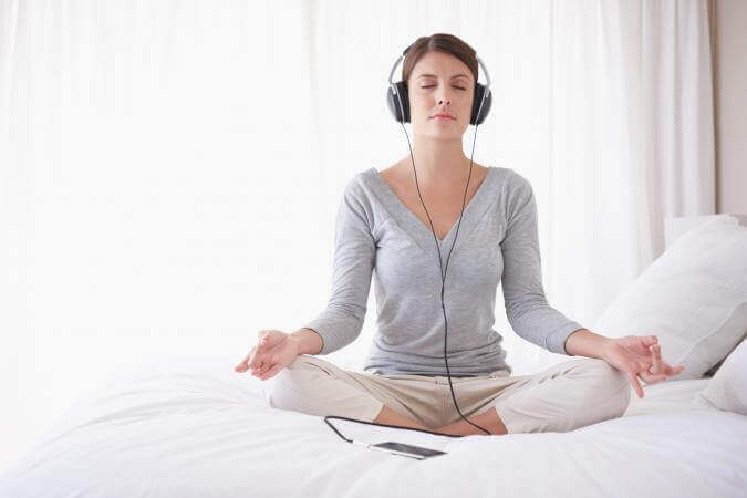 Ragazza medita ascoltando musica