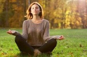 Ragazza medita in mezzo alla natura