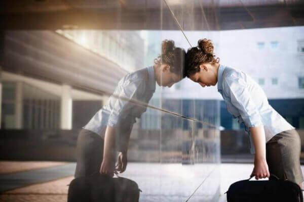 Ragazza stressata dal lavoro