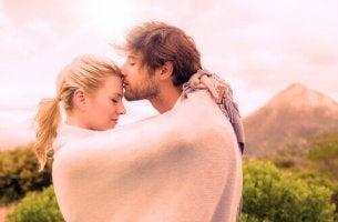 Ragazzo bacia la fidanzata sulla fronte demisessualità