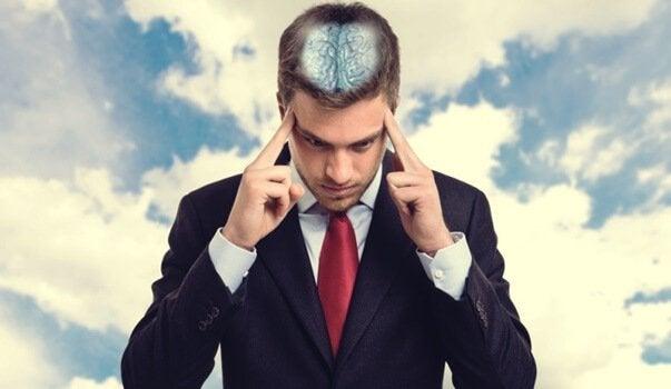 Ragazzo concentrato con cervello a vista