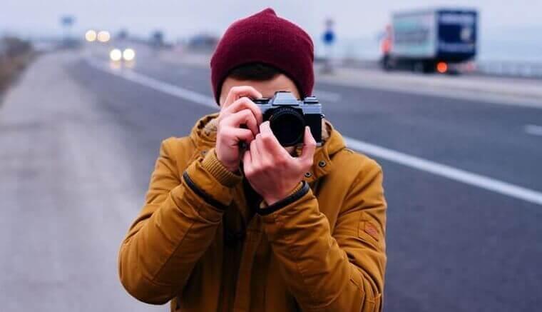Ragazzo che fotografa