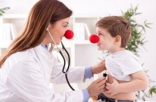 Risoterapia, donna con un bimbo con un naso da pagliaccio