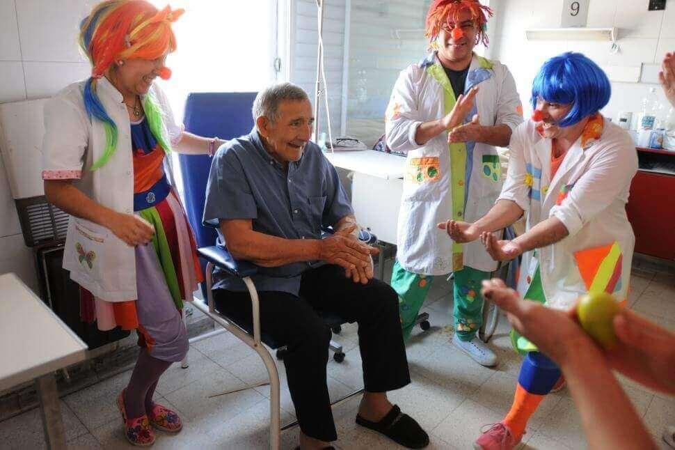 Risoterapia, persona anziana con i pagliacci