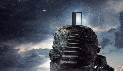 Una scala con una porta verso l'universo