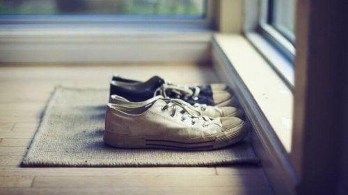 Scarpe davanti alla porta che rappresentano i modi per semplificarsi la vita