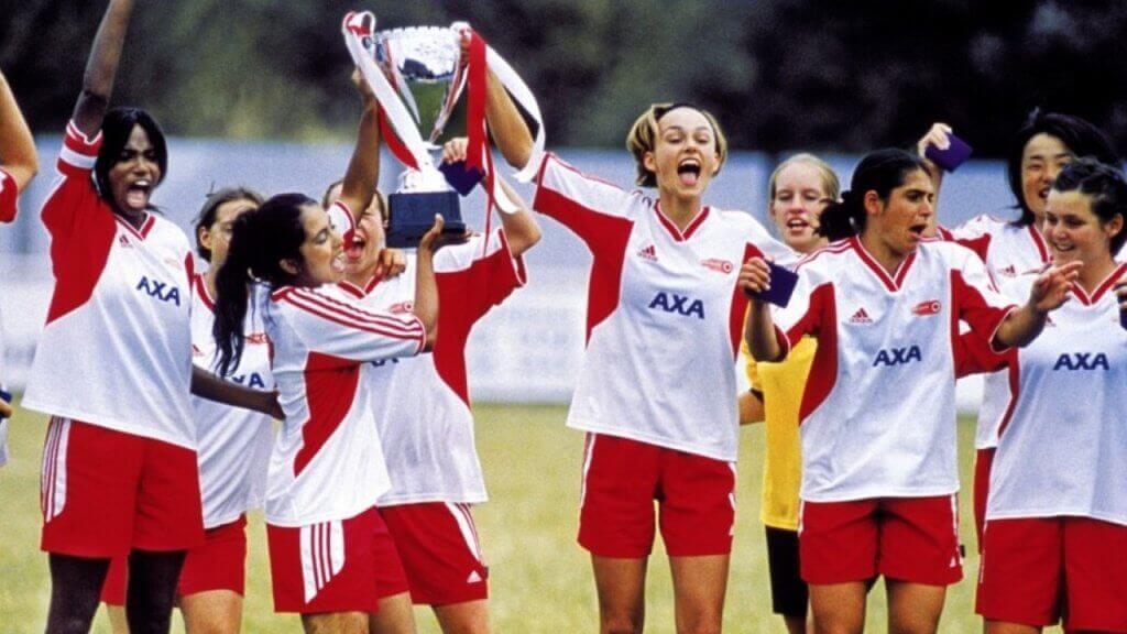 Squadra di calcio femminile con trofeo