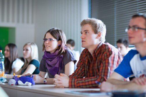Studenti in classe durante il processo di apprendimento