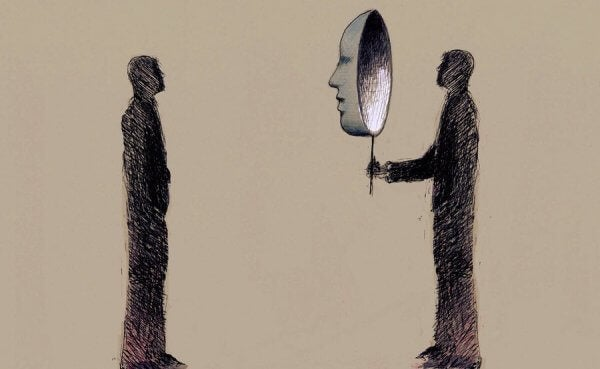 Uomo con maschera di fronte ad altro uomo