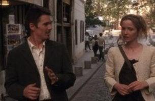Uomo e donna che conversano per strada