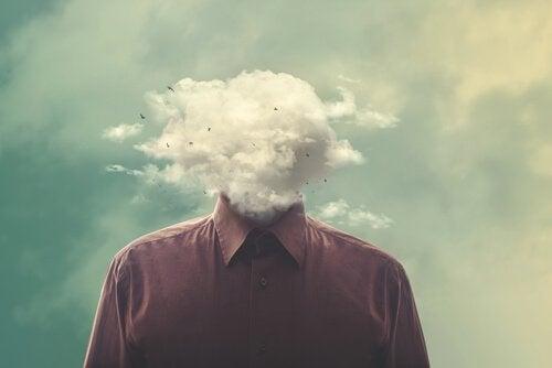Uomo sovrappensiero con nuvola al posto della testa