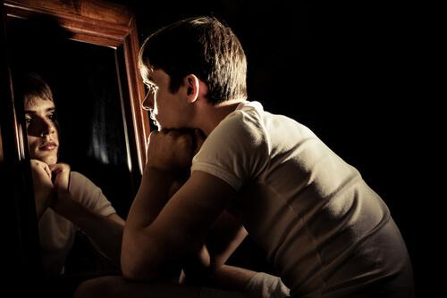Adolescente allo specchio