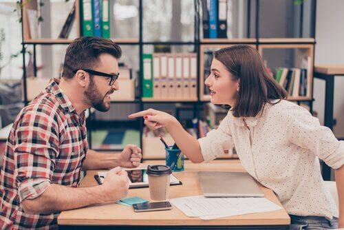 Colleghi discutono in ufficio