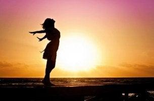 Donna braccia aperte tramonto