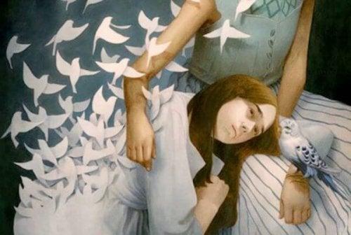Abbraccio di donne e uccelli
