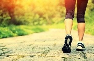 Gambe di donna benefici camminare