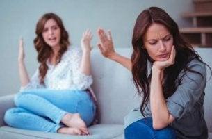 Madre e figlia discutono La causa principale delle discussioni