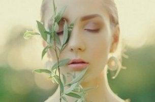 Ragazza con pianta in viso
