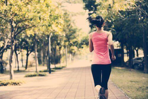 Consigli per iniziare a fare sport ragazza che corre