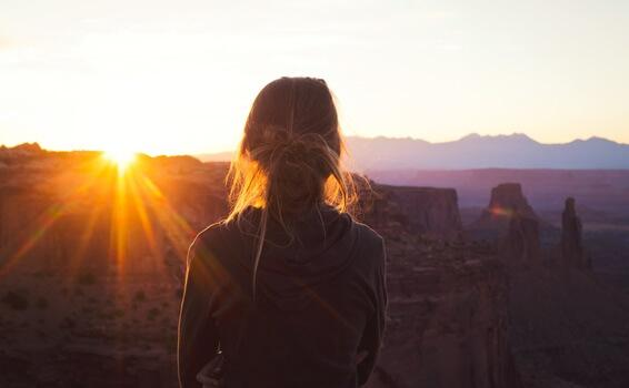 Ragazza di spalle al tramonto