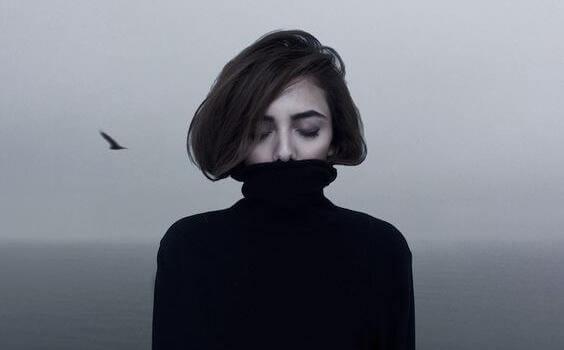 Ragazza maglione nero e uccello introversione con ansia ad alto funzionamento