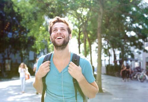 Ragazzo passeggia e sorride