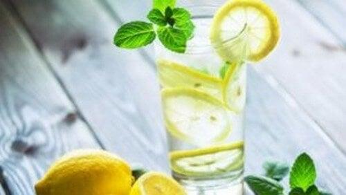 Acqua tiepida e limone al mattino: benefici fisici e cerebrali