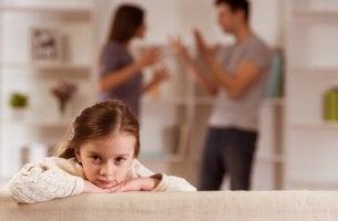 Bambina ascolta i genitori litigare