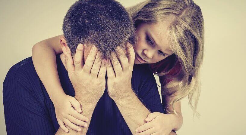 Bambina che supporta padre