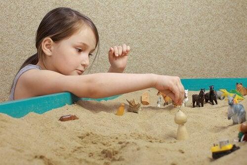 Bambina gioco della sabbia