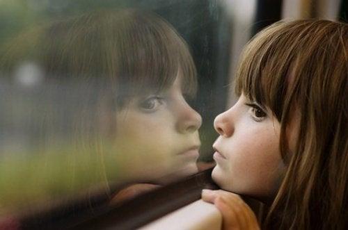 Bambina che guarda da una finestra